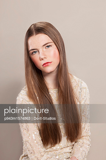 Portrait of young woman with long hair - p943m1574863 by Do-It-Studios