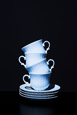 Stack of coffee cups - p1149m2027188 by Yvonne Röder