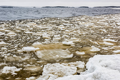 Schneebedeckter See - p1241m1481500 von Topi Ylä-Mononen