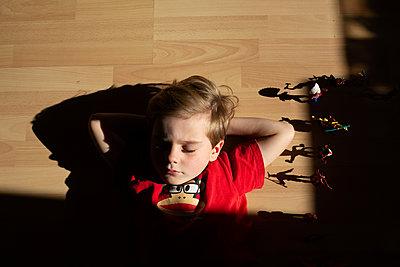 Kind mit Spielfigur - p1308m2247481 von felice douglas