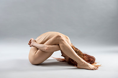 Naked woman, extreme yoga pose - p427m2210866 by Ralf Mohr