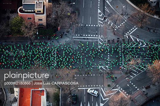 Spain, Madrid, Helicopter view of crowd of people participating in SanSilvestreVallecanamarathon - p300m2180866 by Jose Luis CARRASCOSA