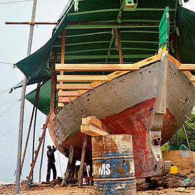 Altes Boot, Malediven, Lohifushi Island - p1201m1040587 von Paul Abbitt