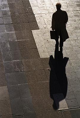Man carrying briefcase - p1418m1571614 by Jan Håkan Dahlström