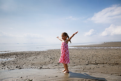 Happy little girl on the beach, Bergen op Zoom, Netherlands - p300m2114622 by Katharina Mikhrin