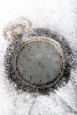 Taschenuhr im Eis - p451m1207558 von Anja Weber-Decker