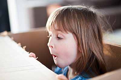 Girl playing with cardboard box - p699m2007784 by Sonja Speck
