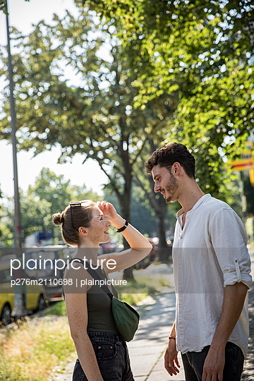 Couple looks eachother in the eyes - p276m2110698 by plainpicture