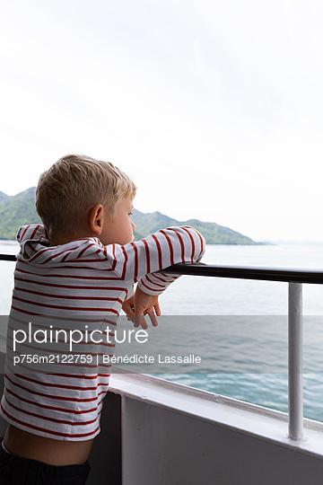 Little boy leaning against railing - p756m2122759 by Bénédicte Lassalle