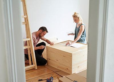 Paar baut Möbel zusammen - p1124m1464732 von Willing-Holtz
