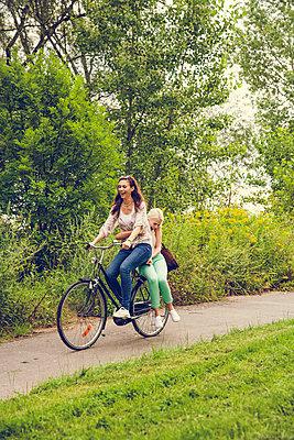 Zu zweit auf dem Fahrrad - p904m932257 von Stefanie Päffgen