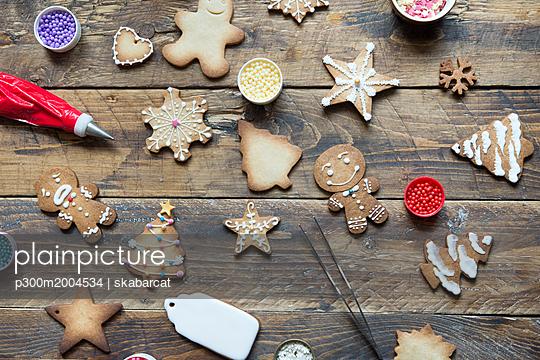 Various Gingerbread Cookies on wood - p300m2004534 von skabarcat