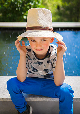 Boy wearing hat - p1275m2116287 by cgimanufaktur