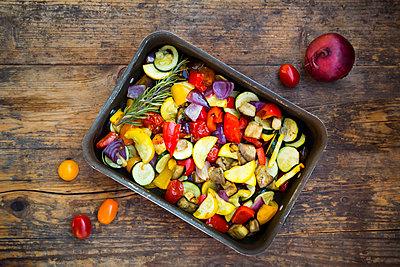 Mediterranean oven vegetables on roasting tray - p300m1505735 by Larissa Veronesi