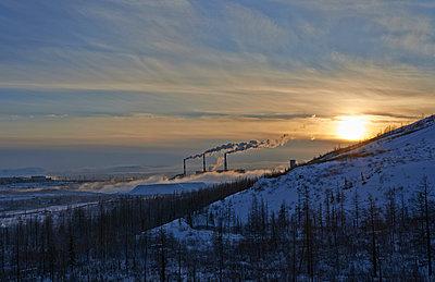 Kraftwerk in Sibirien in der Abendsonne - p390m973240 von Frank Herfort