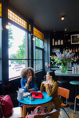 Friends in cafe, London, UK - p429m2050857 by Seb Oliver