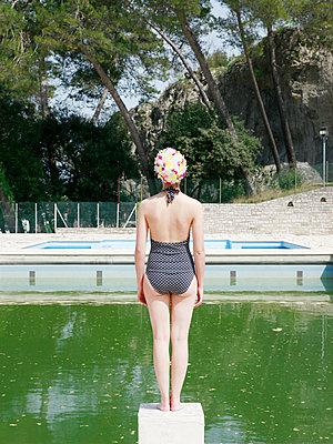 Woman in public swimming baths - p1105m2082549 by Virginie Plauchut