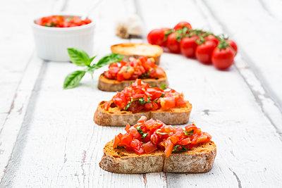 Bruschetta with tomato, basil, garlic and white breah - p300m2023795 von Larissa Veronesi