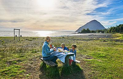 Chile, Chaiten, Carretera Austral, family having picnic at the beach - p300m2070773 by Stefan Schütz