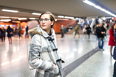 Spain, Madrid, young woman in a busy metro station - p300m2104500 by William Perugini
