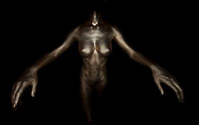 Frau in Gold - p427m963532 von R. Mohr