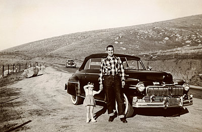 Portrait of Caucasian father and daughter posing near vintage car - p555m1444177 by PBNJ Productions