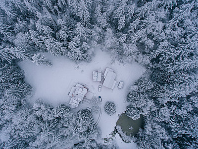 Rural snow covered landscape, overhead view - p924m1230286 by Pete Saloutos