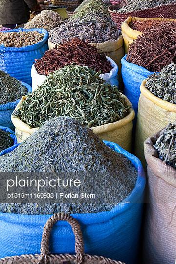 Säcke mit Gewürzen auf dem Markt, Marrakesch, Marokko - p1316m1160933 von Florian Stern