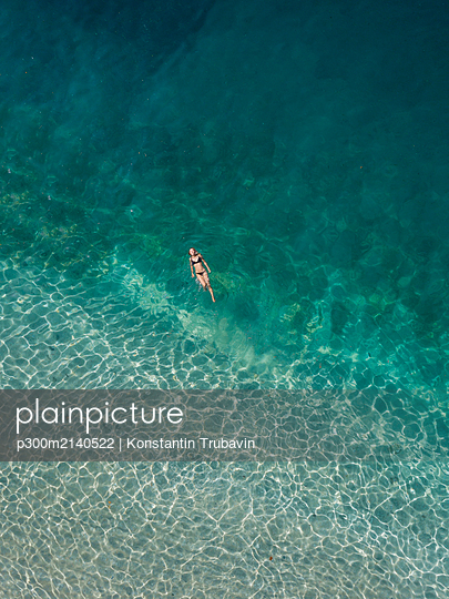 Woman floating in the sea, Gili Air, Gili Islands, Indonesia - p300m2140522 by Konstantin Trubavin