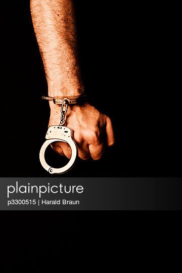 Hand mit Handschellen - p3300515 von Harald Braun