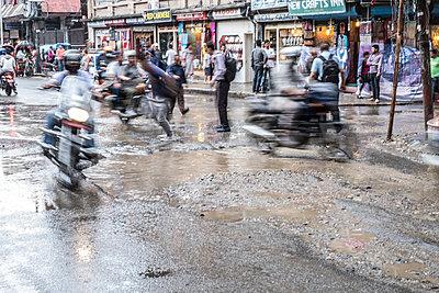 Straße nach einem Monsunregen - p1243m1525092 von Archer