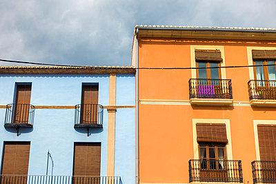 Häuser in blau und Orange nebeneinander - p1302m1588937 von Richard Nixon