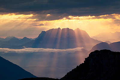 Austria, Tyrol, Kramsach, View from Rofan Mountains to Kaiser Mountains, Wilder Kaiser at sunrise - p300m2083246 by Christian Vorhofer