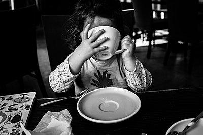Kind im Café - p999m2071841 von Monika Kluza