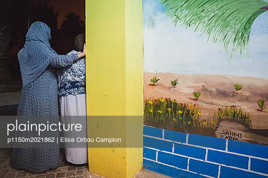 Bemalte Wand und zwei Frauen - p1150m2021862 von Elise Ortiou Campion
