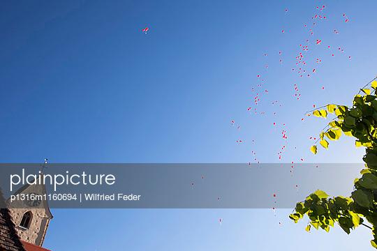 Rote Luftballons steigen zum Himmel auf, Schloss Weiterdingen, Hilzingen, Baden-Württemberg, Deutschland - p1316m1160694 von Wilfried Feder
