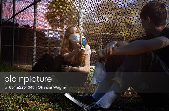 Young couple wearing masks - p1694m2291643 by Oksana Wagner