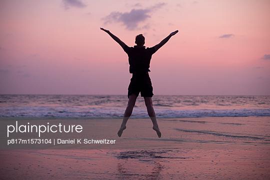 Freudensprung - p817m1573104 von Daniel K Schweitzer