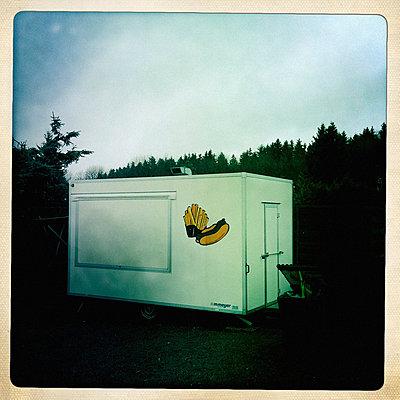 Geschlossener Verkaufswagen für Hotdogs - p586m891397 von Kniel Synnatzschke