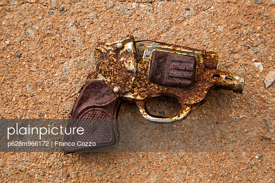 Gun - p628m966172 by Franco Cozzo