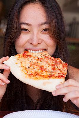 Asiatin liebt Pizza - p045m1362667 von Jasmin Sander