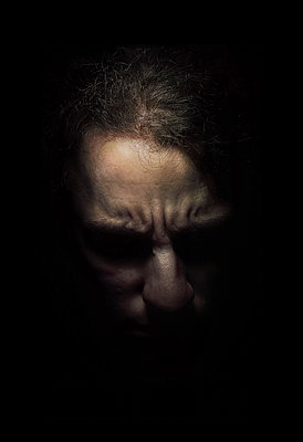 Gesicht in der Dunkelheit - p1180m965874 von chillagano