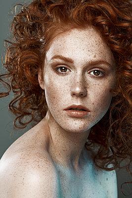 Schöne junge Frau mit roten Haaren - p1561m2133257 von Andrey Cherlat