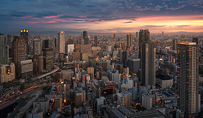 Japan, Osaka, Aerial city view at sunset - p300m2059997 by Maria Elena Pueyo Ruiz