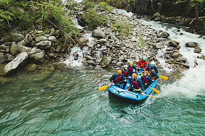 Group of people rafting in rubber dinghy on a river - p300m2114181 by Francesco Buttitta