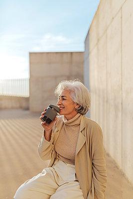 senior woman, Spain, Cordoba, minimal portrait - p300m2281471 von PICUA ESTUDIO