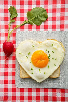 Herzförmiges Spiegelei auf Toast und ein Radieschen - p4732167f von Stock4B
