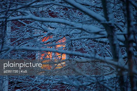 Erleuchtetes Fenster - p2351720 von KuS