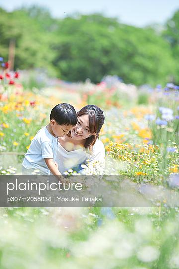 Japanese family in a city park - p307m2058034 by Yosuke Tanaka