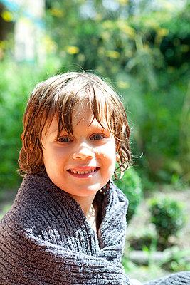 Kleiner Junge mit Badetuch - p0760376 von Tim Hoppe